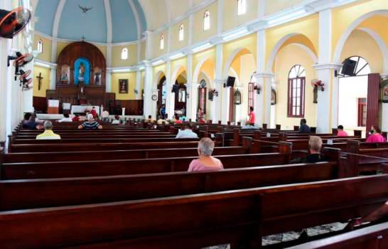 Las iglesias deben desinfectar sillas y objetos litúrgicos, con nuevo protocolo
