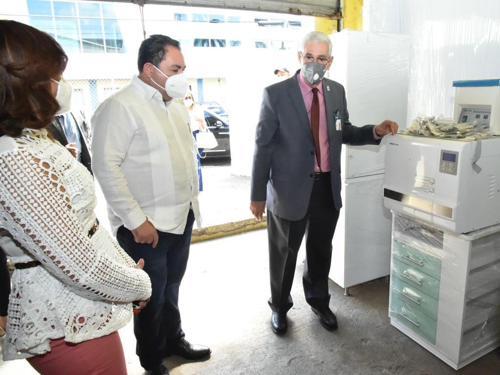 Ney Arias Lora recibe del SNS equipos e insumos para Unidades Odontológicas