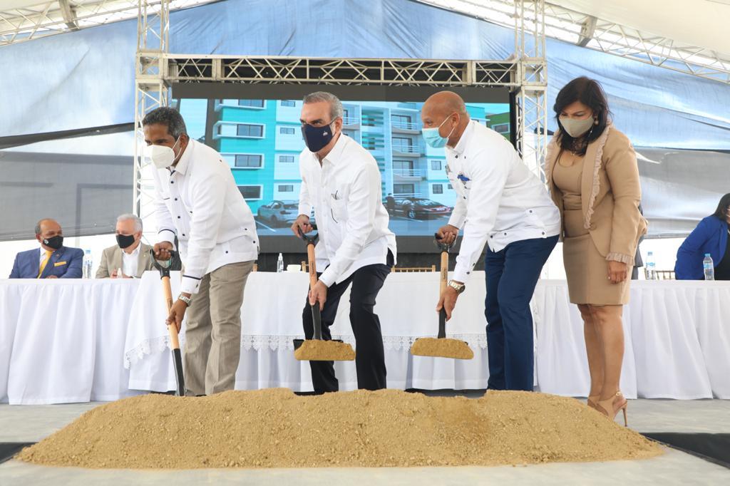 Abinader da primer palazo en proyecto que invertirán más de 2 mil millones de pesos en viviendas