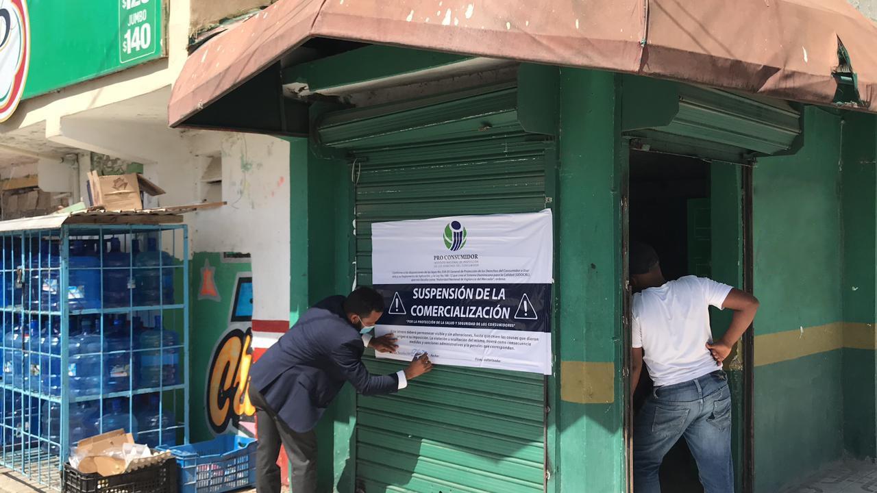 Pro Consumidor cierra negocios en SDE; detectaron plagas, productos vencidos y bebidas adulteradas