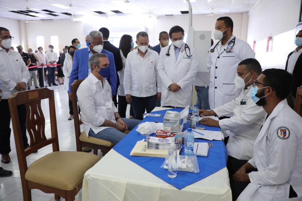 Abinader supervisando centro de vacunación