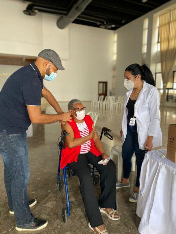 Programa Alto y Ayudas Médicas vacuna contra el covid-19 a pacientes con cáncer