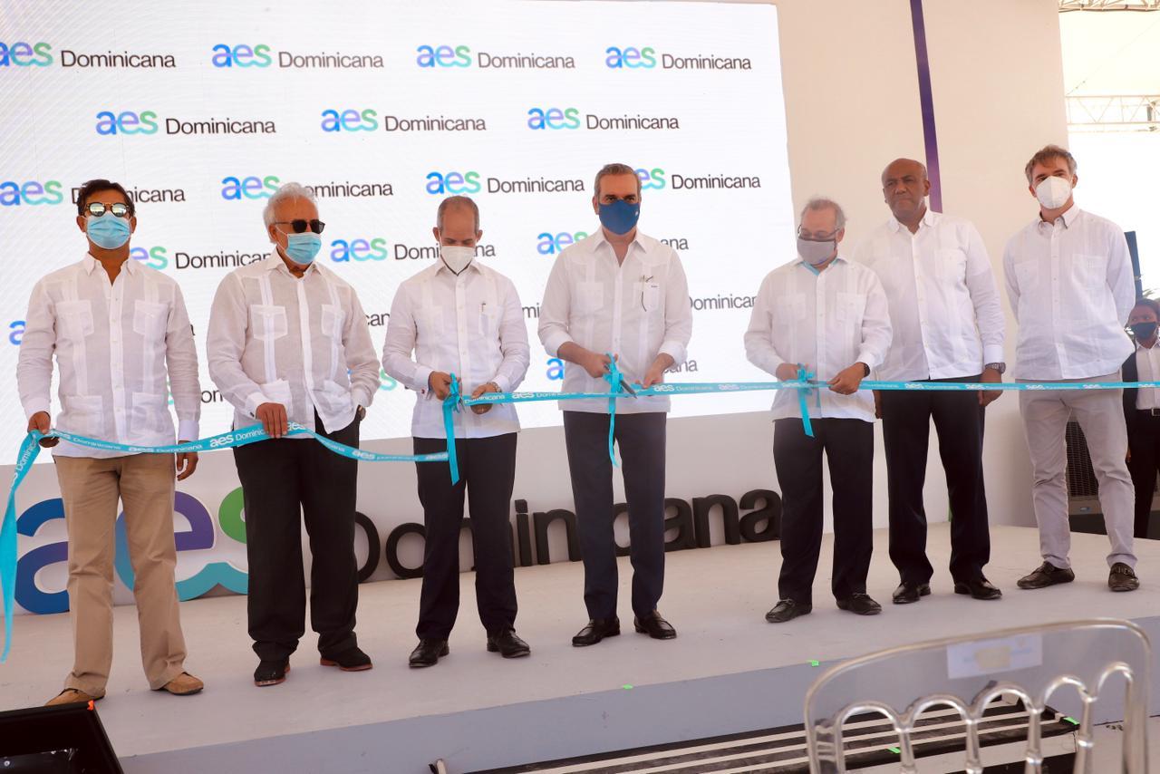 Abinader preside inauguración de primera operación 100% renovable del Grupo AES en RD