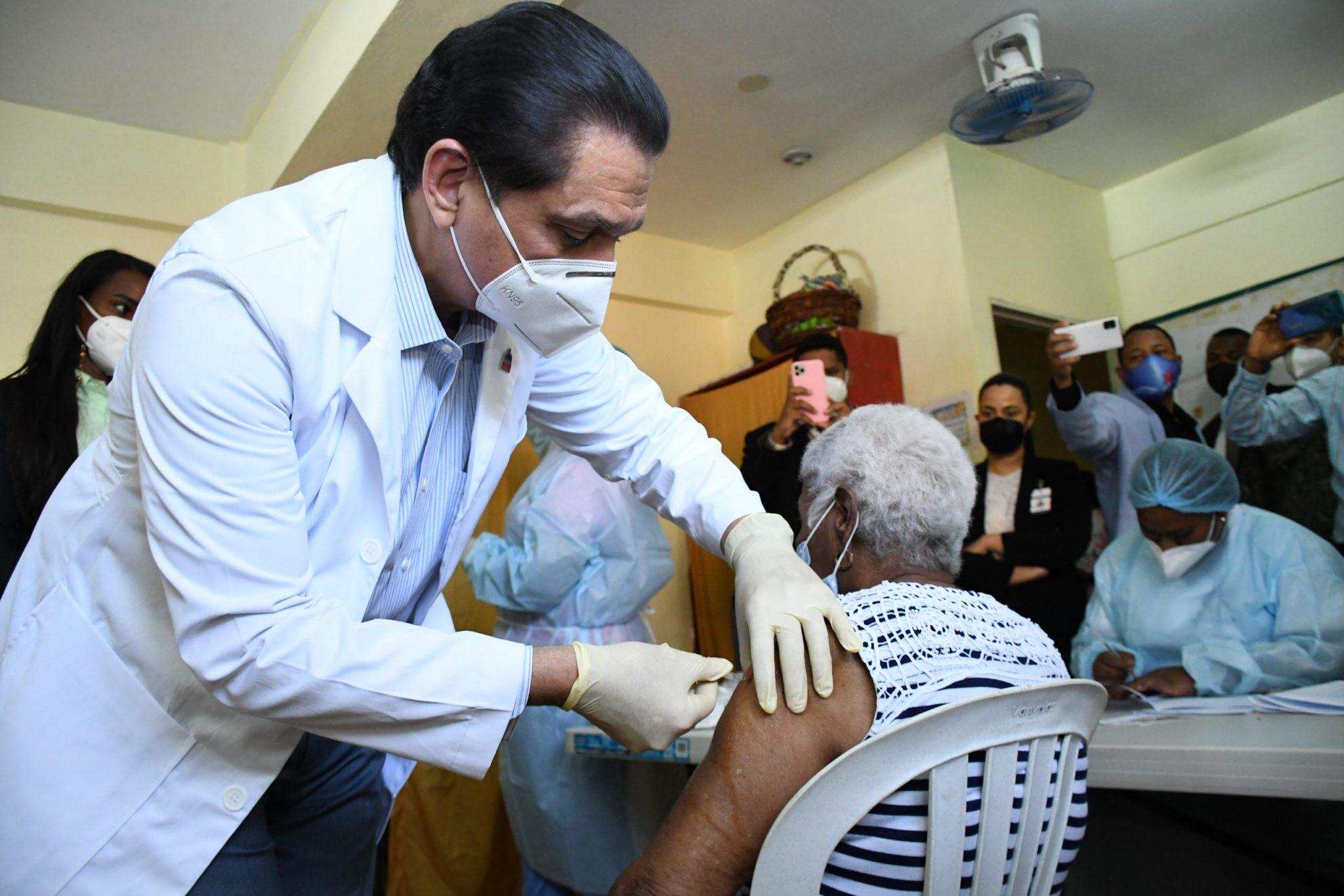 En el país se han vacunado más de 2 millones 300 mil personas contra Covid-19