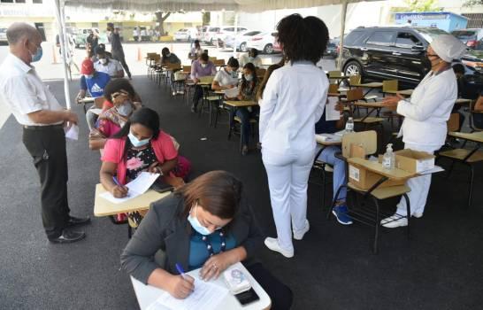 Estudiantes universitarios acuden a vacunarse en la UASD