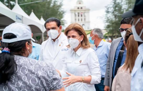 Vicepresidenta de la República y el Ministro de Salud recorren centros de vacunación en Santiago