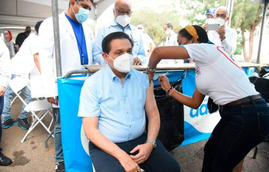 Aplican al Ministro de Salud Pública tercera dosis contra el Covid-19