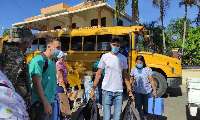 """Autoridades de salud vacunan """"casa por casa"""", en Puñal, de Santiago"""