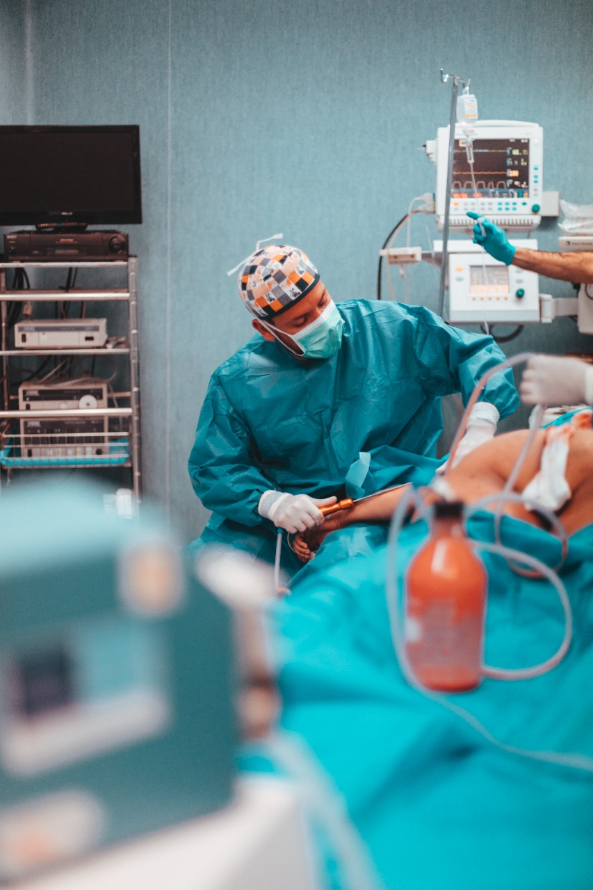 Cirujano Carlos Ramos ayuda a pacientes con alogenosis iatrogénica
